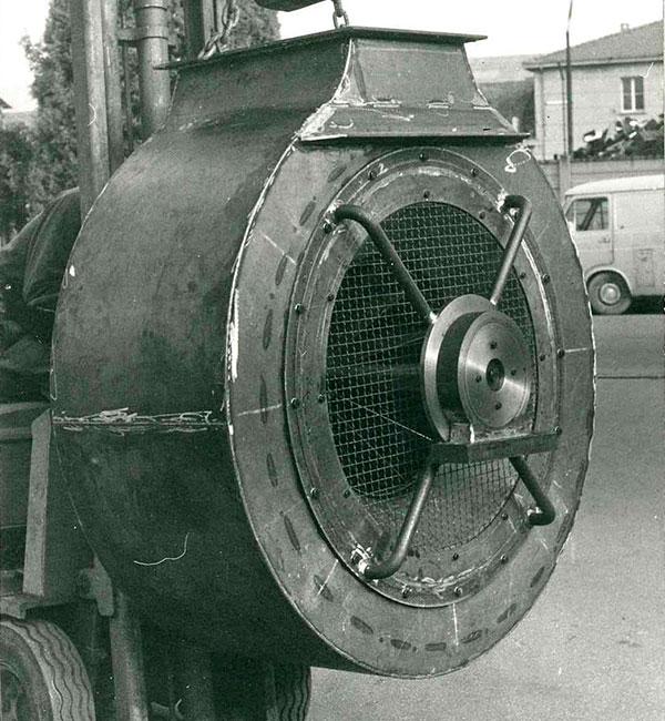 Irroratore per agricoltura con carcassa girevole durante il moto